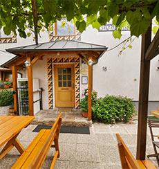 Heuriger in der Wachau I Aus´gsteckt is I besuchen Sie unseren schönen Gastgarten