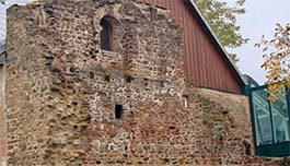 Burgus Bacharnsdorf, 1min, 0,2 km vom Heurigen Gasthof Pammer  I Weingut Wachau entfernt